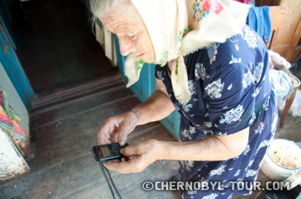 Самосёлка Анна с мобильным телефоном